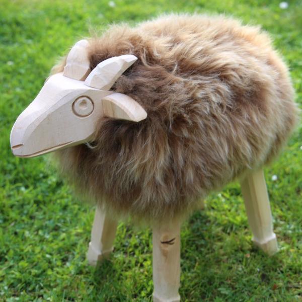 Drewniana owca Paul ze skóry jagnięcej Cappuccino Model 58