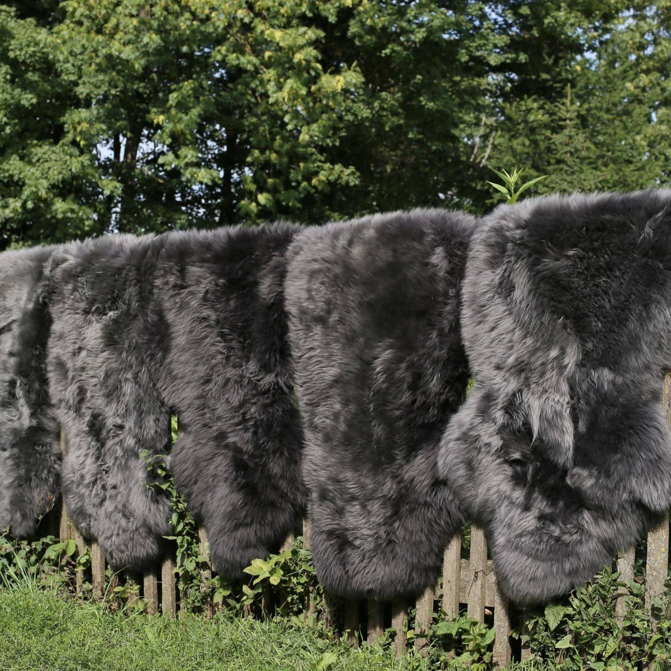 lammfell schwarz und grau t ne der fellmann naturfellprodukte. Black Bedroom Furniture Sets. Home Design Ideas